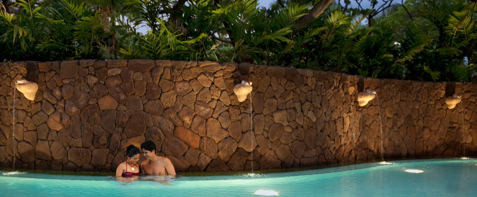aulani-couple-in-the-quiet-pool