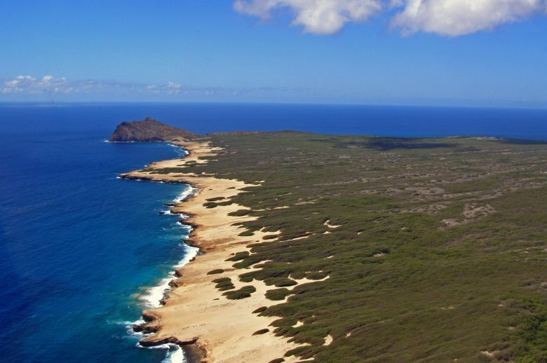 ニイハウ島を上空からみた陸地