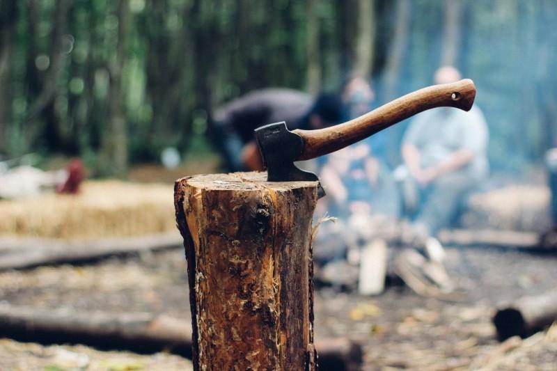 薪を斧で割る