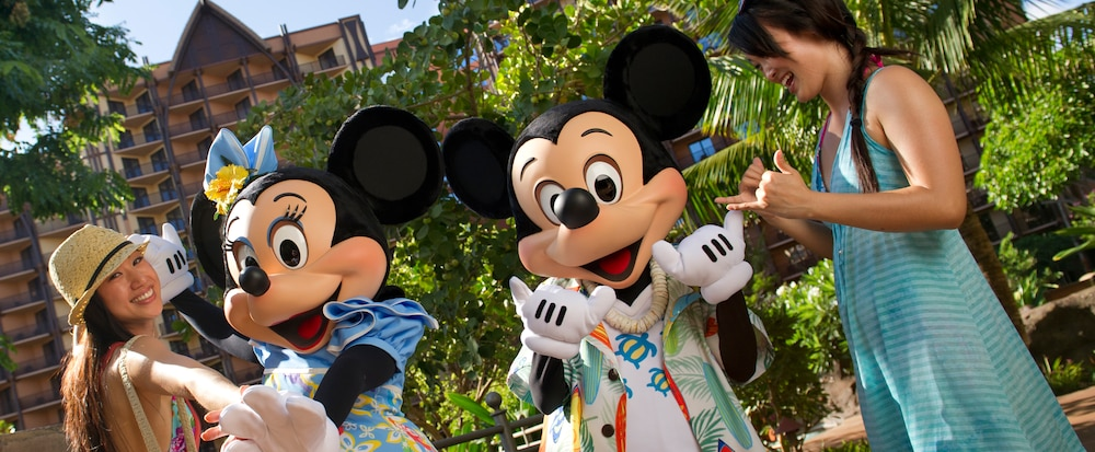 aulani-mother-and-daughter-with-minnie-and-mickey-mouse-196x81