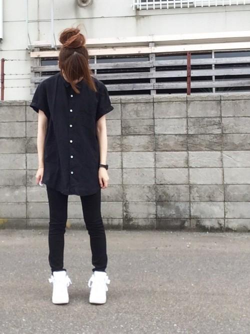 黒シャツ レディースコーデ
