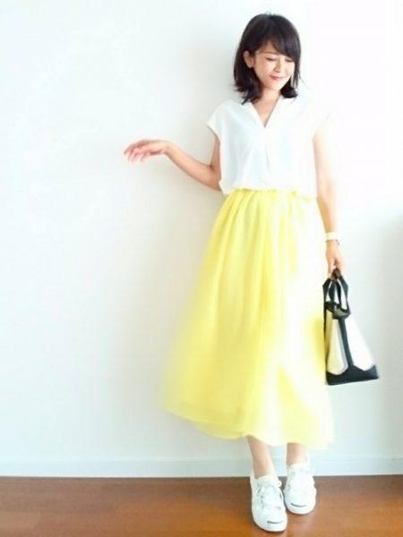 アパレル スニーカーコーデ 黄色のロングスカート