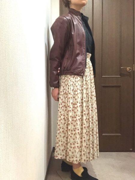 アパレル 黒シャツ 花柄ロングスカート