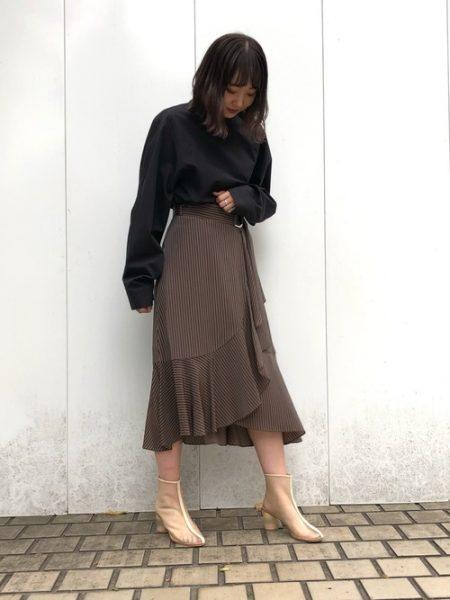 アパレル 黒シャツ ラッフルライトスカート