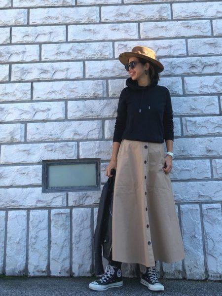 アパレル 黒パーカー トレンチ風スカート
