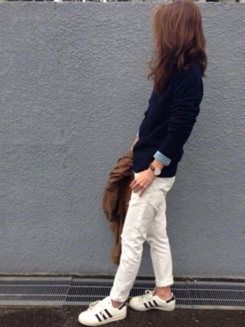 ニット×デニムシャツ×白パンツ×スニーカー