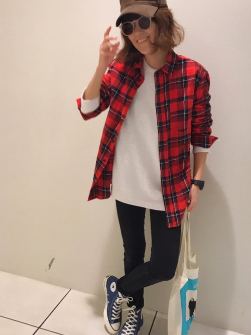 紺ハイカットスニーカー × 黒スキニーパンツ × 赤チェックシャツ