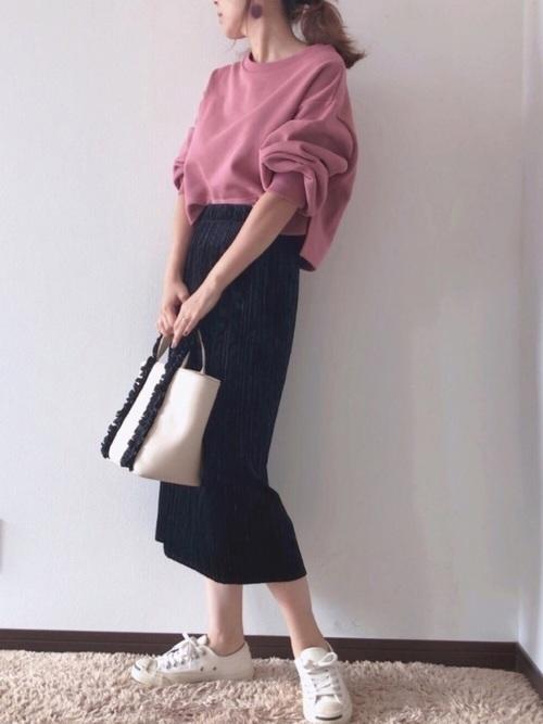 白ローカットスニーカー × 黒ロングスカート×ピンクtシャツ