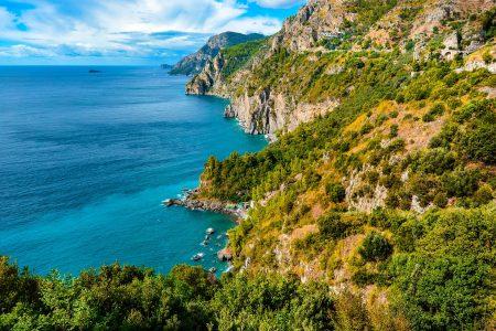 アマルフィ海岸沿いの海と山の景色
