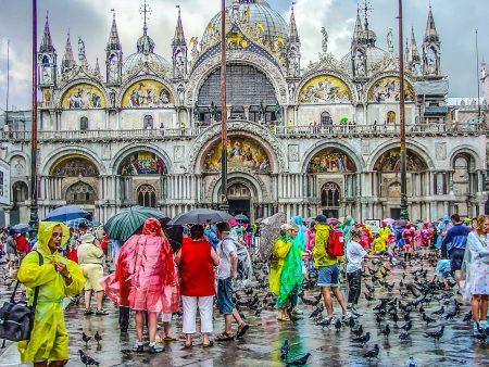 雨の日にレインコートを着たイタリア人