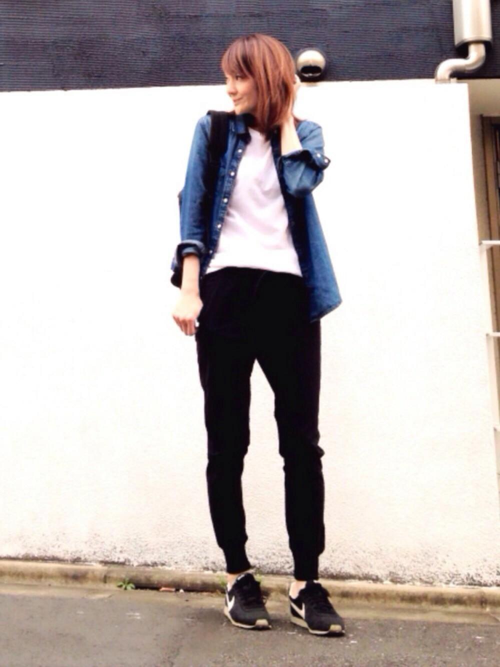 黒パンツとデニムシャツを合わせたレディースコーデ
