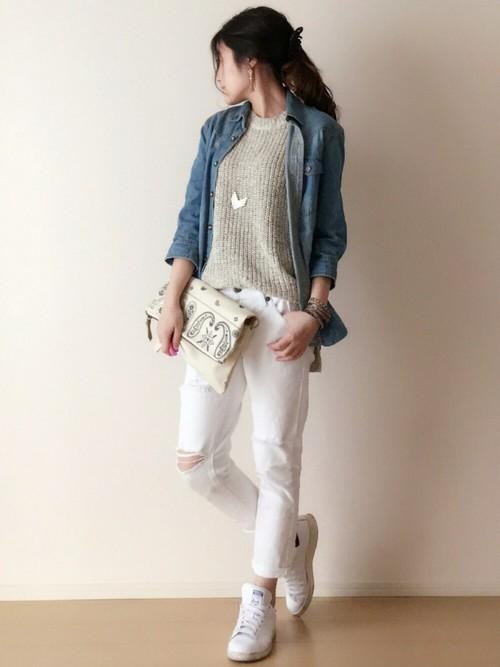 デニムシャツ×白スキニーパンツ