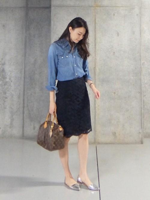 デニムシャツ×黒スカート