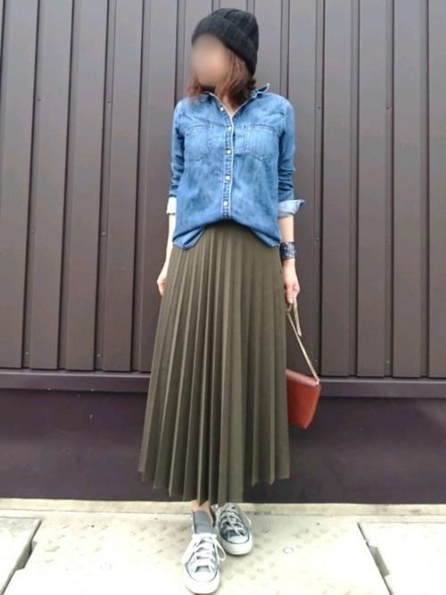 デニムシャツ×カーキスカート