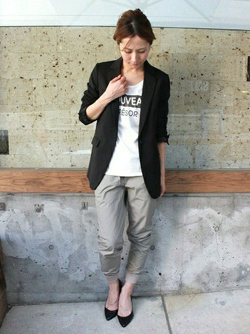 テーラードジャケット × ロゴT × スウェット風パンツ