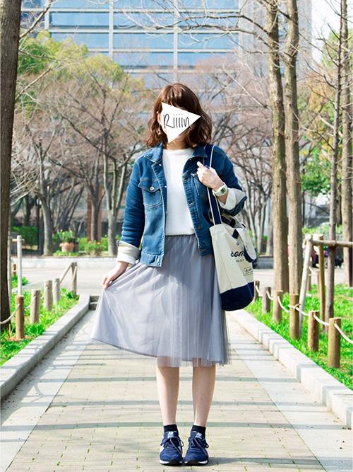 デニムジャケット × ニット・セーター × チュールひざ丈スカート × スニーカー