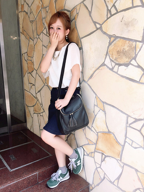 デニムスカート × カットソー × スニーカー(グリーン)