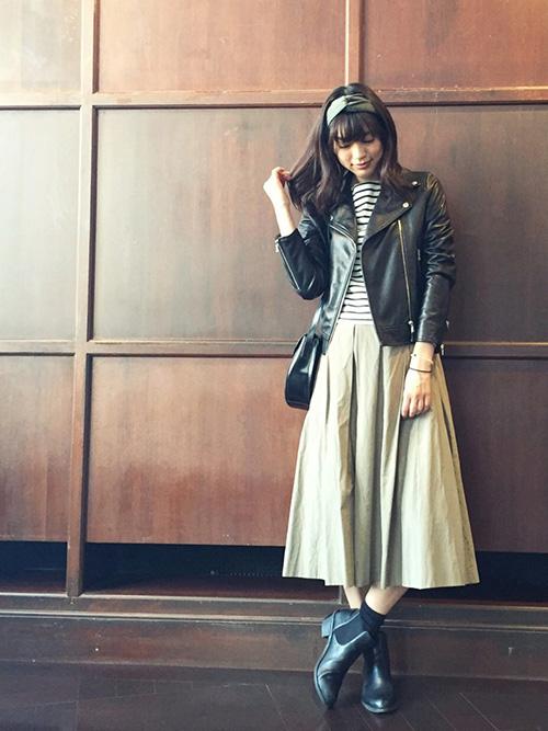 テーラードジャケット(ライダースジャケット) × カットソー × フレアスカート