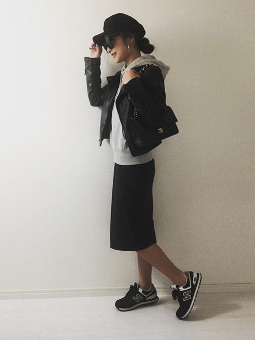 ライダースジャケット × タイトスカート × スニーカー