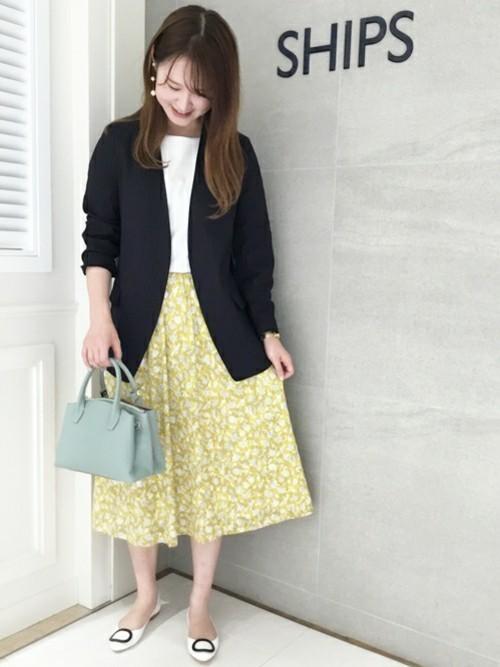 テーラードジャケット × カットソー × スカート