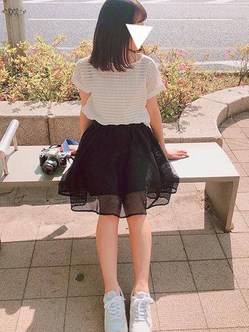 シャツ・ブラウス × ミモレ丈スカート × スニーカー(ホワイト)