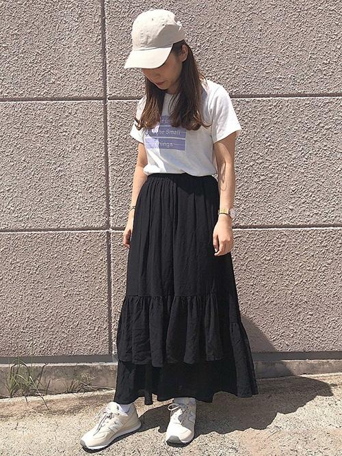 Tシャツ × ロングスカート × スニーカー