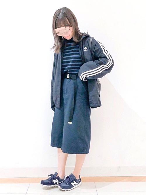 ナイロンジャケット × Aラインスカート × スニーカー