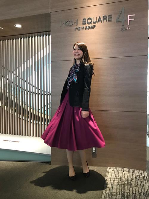 黒テーラードジャケット × ボウタイブラウス × ボリュームスカート