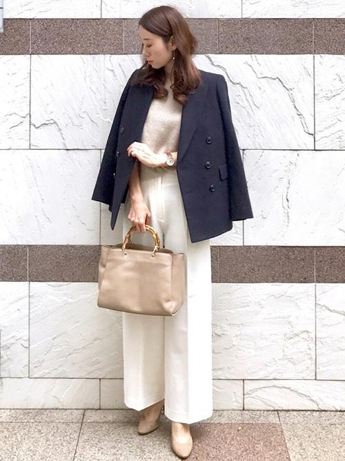 濃紺テーラードジャケット × ニット × ホワイトのワイドパンツ