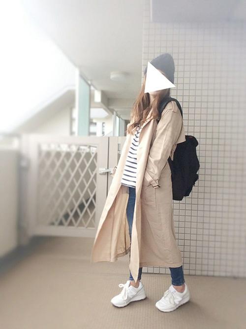 トレンチコート × カットソー × デニムパンツ × スニーカー × リュック(マンハッタンポーテージ)