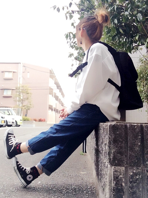 スウェット × デニムパンツ × スニーカー × リュック(マンハッタンポーテージ)