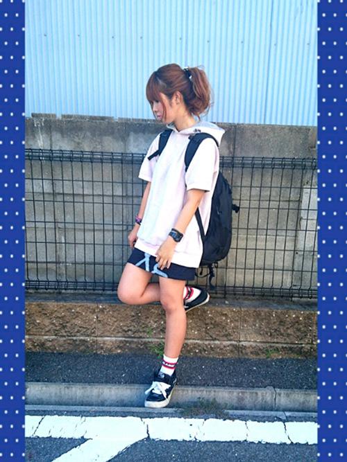 パーカー × ミニスカート × スニーカー × リュック(ブラック)
