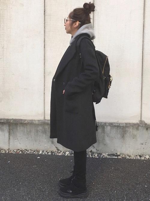 ノーカラーコート × パーカー × レギンスパンツ × ブーツ × リュック(ブラック)