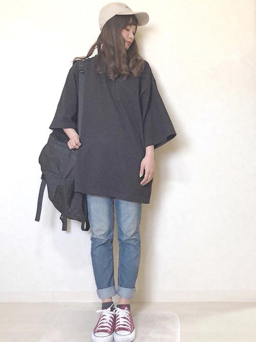 ビッグTシャツ × デニムパンツ × スニーカー × リュック(ブラック)