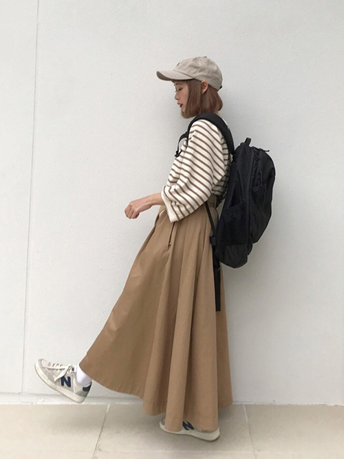 ボーダーロンT × ロングフレアスカート × スニーカー × リュック(ブラック)