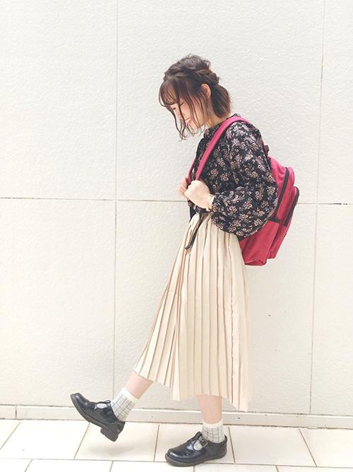 花柄ブラウス × プリーツスカート × T字ストラップシューズ × リュック(赤)
