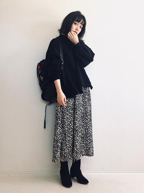 スウェット × ロングレオパードスカート × ブーツ × リュック(ブラック)