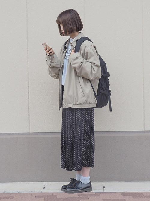ウィンドブレーカー × ロングプリーツスカート × ローカットシューズ × リュック(ブラック)