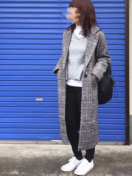 チェスターコート × ニットセーター × デニムパンツ × スニーカー × リュック(ブラック)