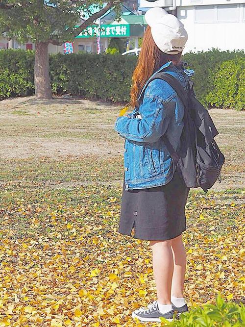 デニムジャケット × ワンピース × スニーカー × リュック(ブラック)
