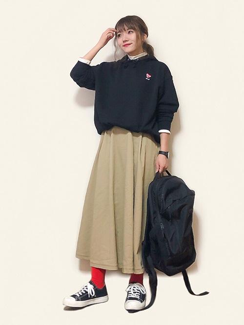 パーカー × フレアスカート × スニーカー × リュック(ブラック)