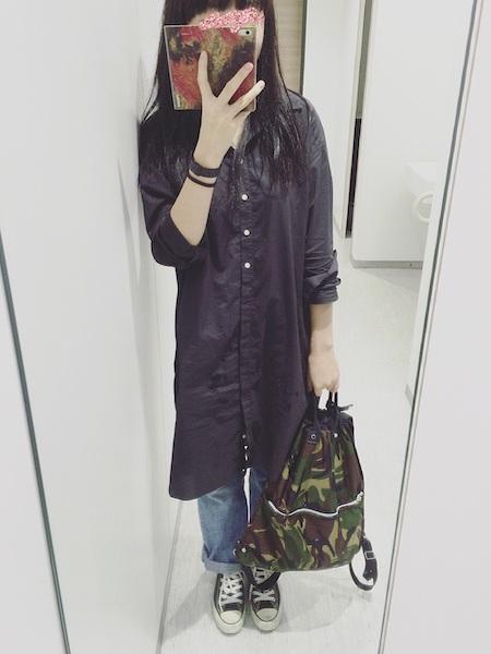 黒シャツ コーデ