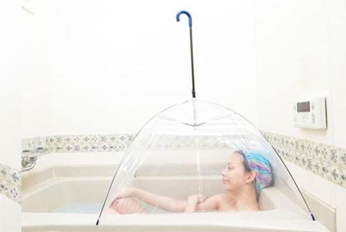 お風呂deサウナ傘を使う女性