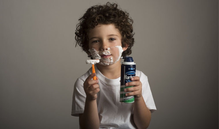 顔を剃る子ども