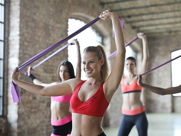 笑顔でスポーツする女性
