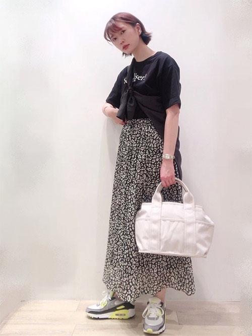 黒Tシャツ × レオパードプリーツスカート × ダッドスニーカー