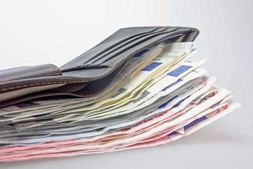 お札が多すぎる財布