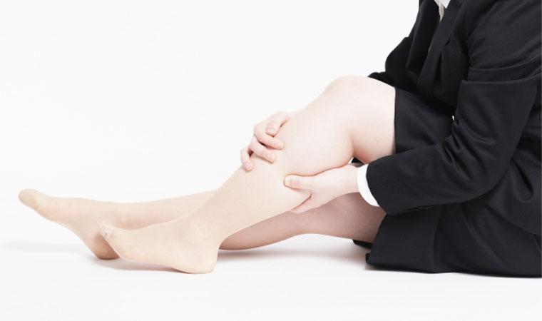 足を揉む女性