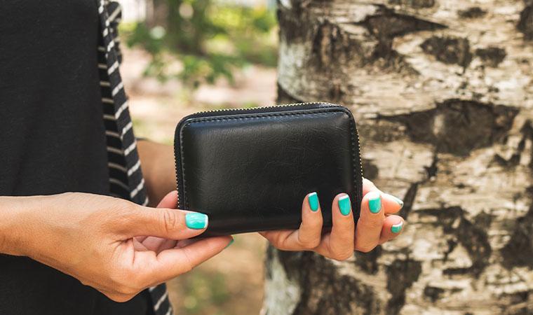 財布を持つ女性