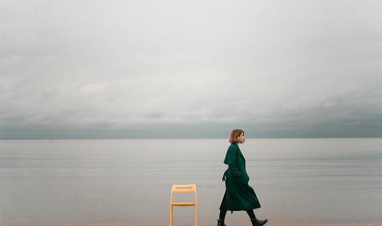 曇り空と女性